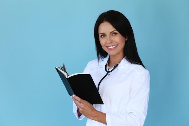 Доктор с белым халатом и стетоскопом Бесплатные Фотографии