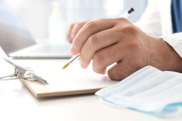 Врач пишет медицинскую квитанцию. концепция консультации врача Premium Фотографии