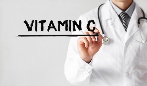 マーカー、医療概念で単語ビタミンcを書く医師 Premium写真