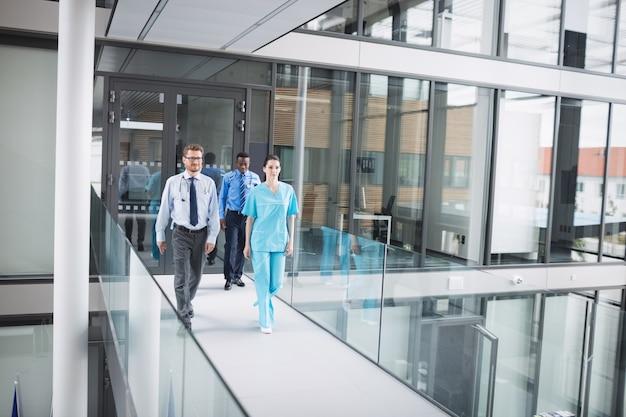 医師や看護師が廊下を歩く 無料写真