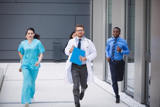 緊急事態に急ぐ医師と看護師 無料写真