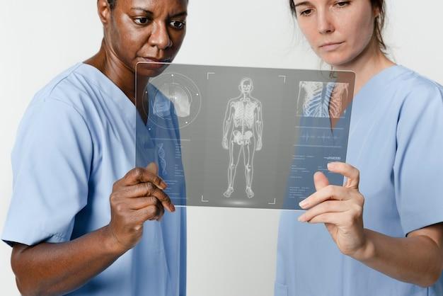 Врачи проверяют медицинские тесты на цифровом планшете Бесплатные Фотографии