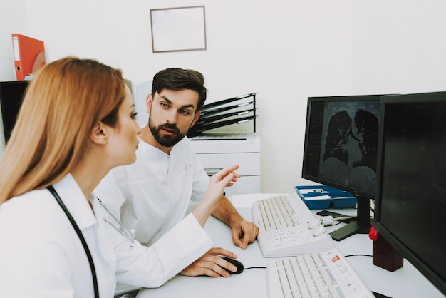 Doctors examining ct imaging of lungs discussion. Premium Photo
