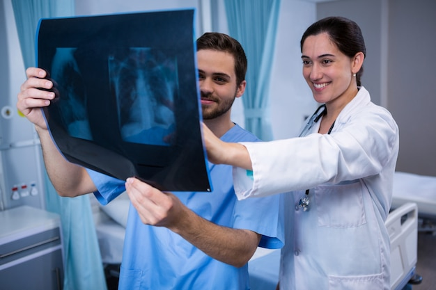 X線を調べる医師 Premium写真