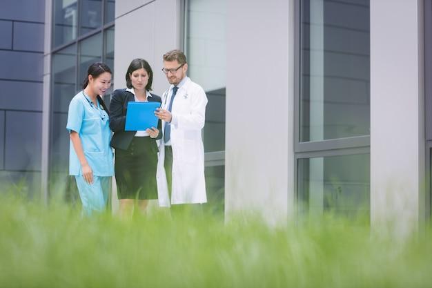 Medici e infermiere che discutono sul rapporto Foto Gratuite