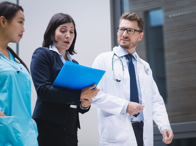 Medici e infermiere che interagiscono mentre si cammina Foto Gratuite