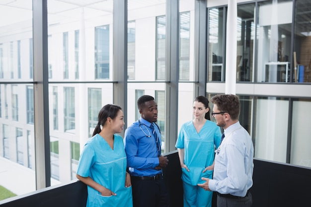 Medici e infermiere che interagiscono tra loro Foto Gratuite