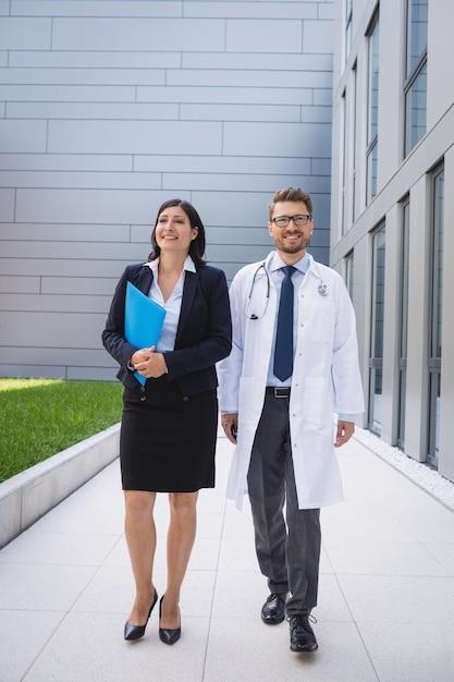 Medici che camminano insieme nei locali dell'ospedale Foto Gratuite