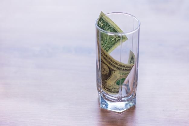 ガラスの瓶にドル紙幣 Premium写真
