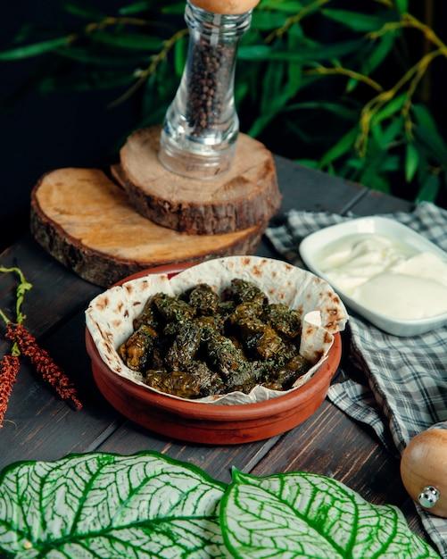Долма из виноградных листьев в глиняной посуде Бесплатные Фотографии