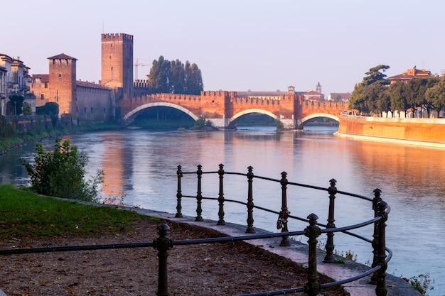 Вид на город верона с dom santa maria matricolare и римским мостом понте пьетра на реке адидже в вероне. италия. европа. Premium Фотографии