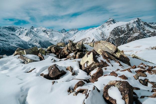 겨울 풍경에 Dombai 산입니다. 카라 차이-체 르케 시아 공화국, 코카서스, 러시아. 프리미엄 사진