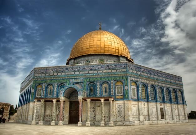 イスラエルのエルサレムの神殿の丘にあるイスラムの神殿である岩のドーム(アルアクサモスク) Premium写真