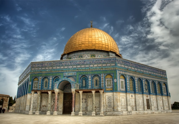 Dome of the rock (al aqsa mosque), an islamic shrine located on the temple mount in jerusalem, israe