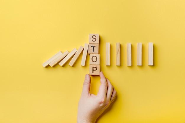 Домино деревянные блоки с сообщением остановки Бесплатные Фотографии