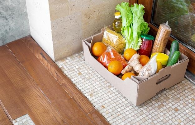 Ящик для пожертвований с едой во время карантина covid 19. доставка ящиков с едой прямо у порога. Premium Фотографии