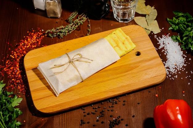 ドネルケバブジャイロシャワルマビーフロール、ピッタパンラップサンドイッチ木製の背景に Premium写真