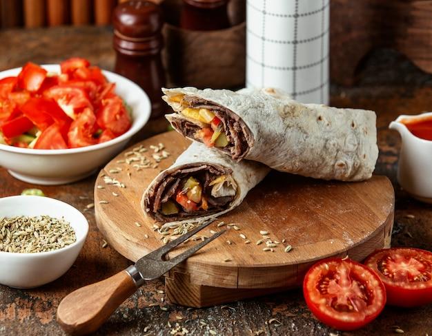 Doner in lavash servito con pomodoro Foto Gratuite