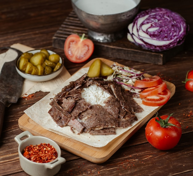 Doner meat slices with vegetables and herbs Free Photo