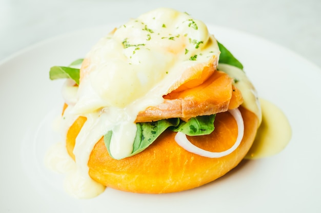 Donut bread with smoked salmon and egg benedict Free Photo