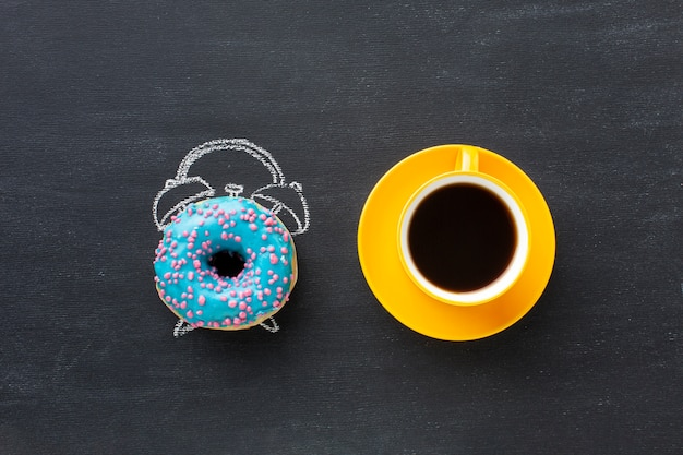 Пончик с концепцией будильника Бесплатные Фотографии