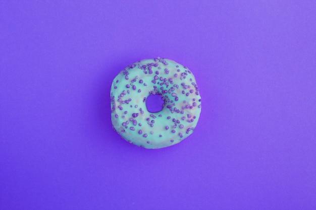 Пончик с голубой глазурью и блестками Premium Фотографии