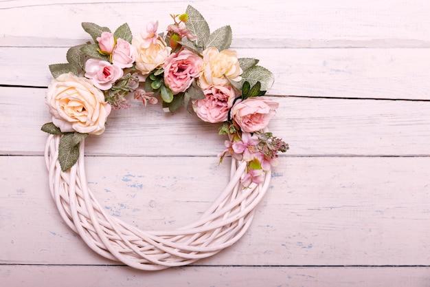 シャビ白い木製の背景に造花と秋の植物で作られたドアの花輪。 Premium写真