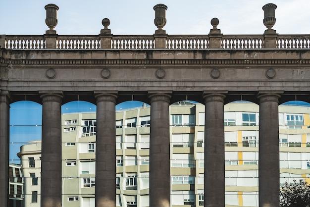ドリス式の柱と古典的な建物の窓 Premium写真