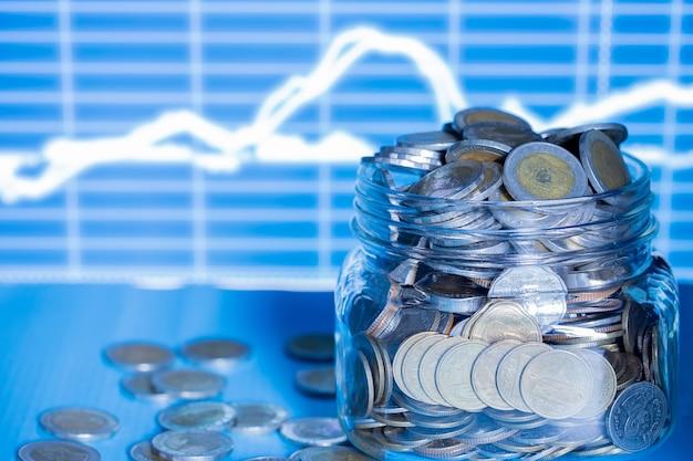 グラフとコインと夜の積み重ね二重露出。 無料写真