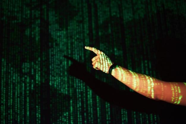 La doppia esposizione di un uomo caucasico e un visore vr per realtà virtuale è presumibilmente un giocatore o un hacker che cracka il codice in una rete o server sicuro, con linee di codice, stati uniti Foto Gratuite