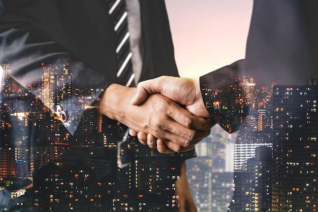 ビジネスとファイナンスの二重露光画像 Premium写真