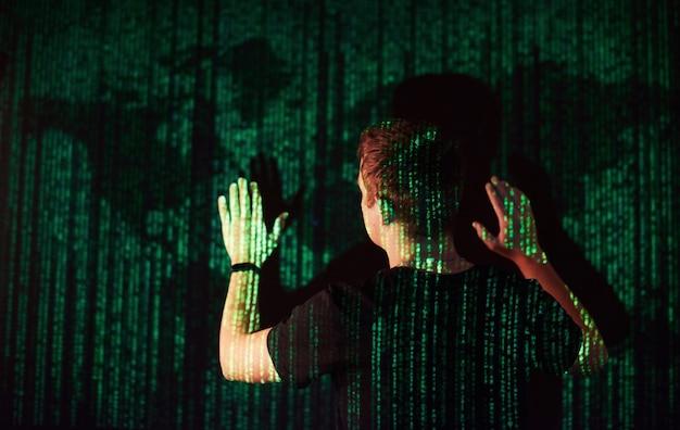 Двойное знакомство с кавказским мужчиной и виртуальной реальностью vr-гарнитура - предположительно геймер или хакер, взламывающий код в защищенной сети или на сервере с помощью строк кода, сша. Бесплатные Фотографии