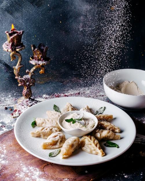 Тесто, еда вкусная, посоленная внутри белая тарелка на светлой поверхности Бесплатные Фотографии