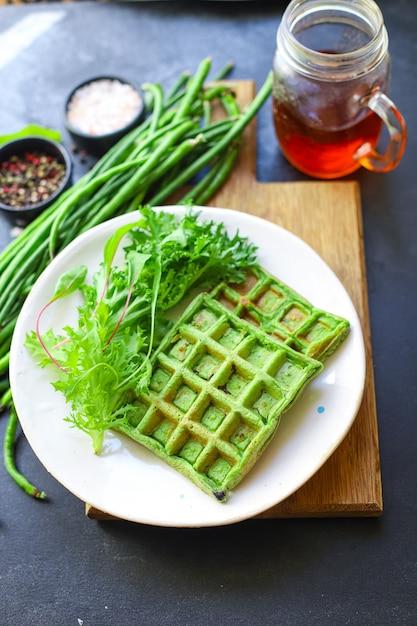 Тесто вафли зеленый шпинат, стручковая фасоль, овощи Premium Фотографии