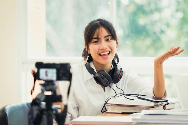 幸せなアジアの女性はビデオブログをdoung Premium写真