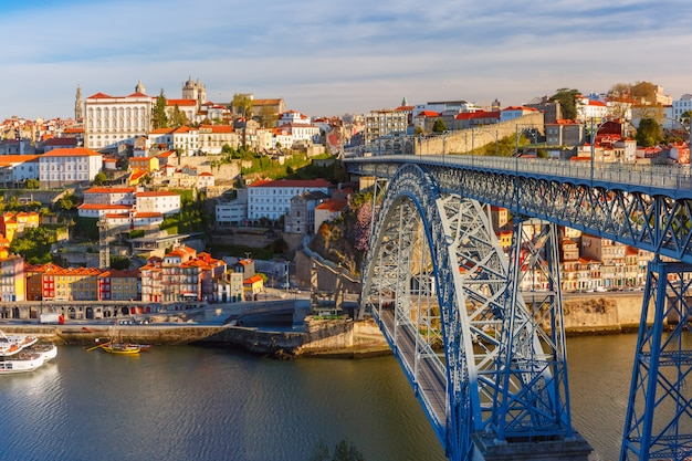 Река дору и dom luis мост, порту, португалия. Premium Фотографии