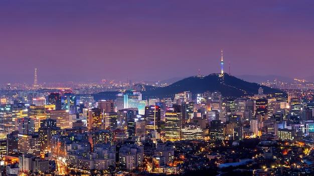 Городской пейзаж ночью в сеуле, южная корея. Бесплатные Фотографии