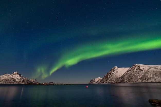 극적인 오로라 보 리 얼리스, 북극광, 유럽 북쪽의 산 너머-lofoten 섬, 노르웨이 프리미엄 사진