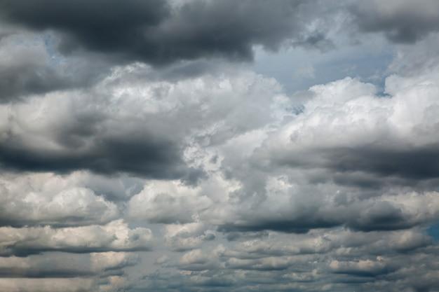 嵐の前の劇的な暗い曇り空、自然な写真の背景。 Premium写真