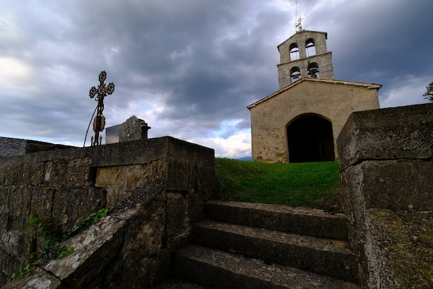 Drammatico cimitero lunatico prima della tempesta, in europa, croazia Foto Gratuite