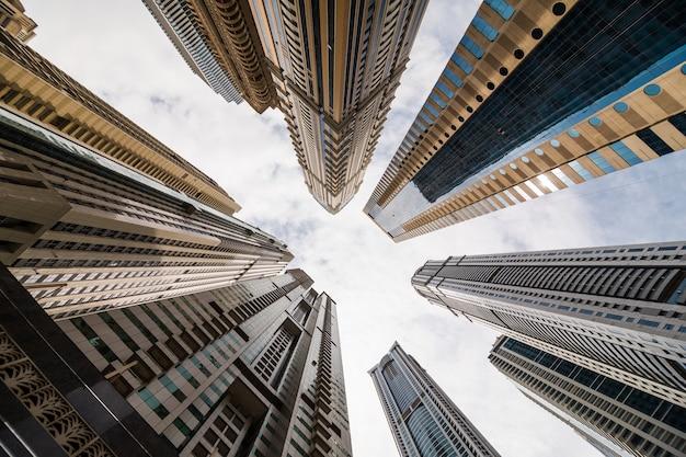 하늘, 두바이를 바라 보는 고층 빌딩의 낮은 각도보기와 극적인 관점. 소실점 무료 사진