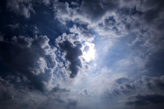 日光の空に灰色の嵐の雲と劇的な空。 Premium写真