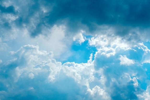 Резкое небо с серыми и белыми облаками с копией пространства Premium Фотографии