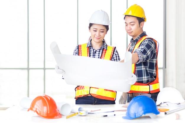 女性エンジニアを見てdrawinについて男性エンジニアと話し合う Premium写真