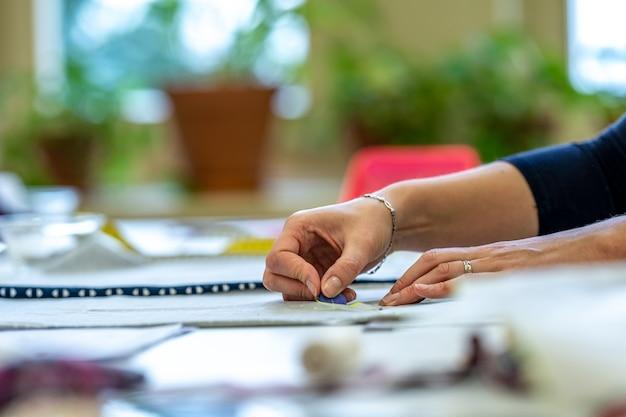 仕立て屋で洋服を作るための布にステンシルを描く。 Premium写真