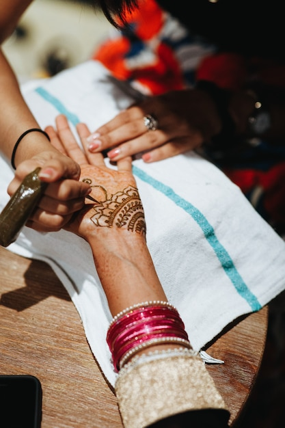 Drawing traditional mehndi for the indian wedding ceremony Free Photo