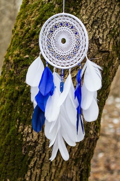 羽、革、ビーズ、ロープで作られたドリームキャッチャー Premium写真