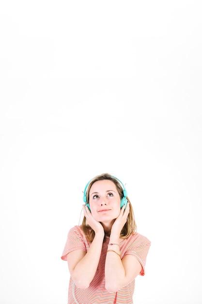 Sognando donna che ascolta la musica Foto Gratuite