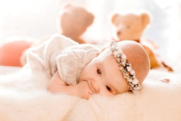 夢のような少女はふわふわ毛布のベッドの上に横たわっている 無料写真