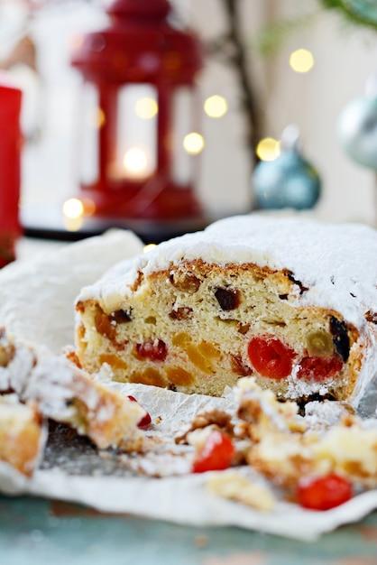 レーズン、ドライアプリコット、ドライチェリー、ナッツを添えたドレスデンのクリスマスシュトーレン Premium写真